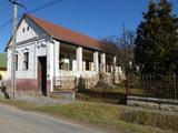 Pécstől 18 km-re Hásságyban 4 szobás parasztház eladó, akár falusi CSOK-kal is.