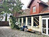 Dunabogdányban a Pilis lábánál a Duna ölelésében, kétszintes családi ház.