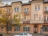Szolnokon belvárosban 3 szobás első emeleti lakás iroda céljára kiadó