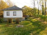Romantikus környezetben kis felújított hétvégi ház eladó.