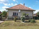 Három szobás családi ház eladó Nován.