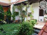 BELVÁROS-PIAC MELLETT nappali+4 szobás sorház, garázzsal, kertkapcsolattal eladó