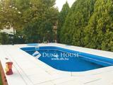 Újszerű medencés családi ház