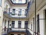 Eladó a 7.kerületben egy 2 bejáratos  3.emeleti 120 nm-es lakás egy szép liftes házban.