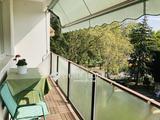Nagy erkélyes, zöld kertre néző felújított lakás, kerti autóbeállóval