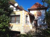 Családi ház halastóval az iskola mellett