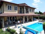 Mediterrán luxusvilla Rózsavölgyben külső-belső medencével