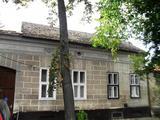 Debrecen Óvárosi részén egy 174 m2-es telekhányadon lévő 60 m2-es, tégla falazatú, nagypolgári stílusban épült, 1 + 1 fél szobás, felújítandó házrész eladó!