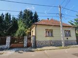 Tágas családi ház melléképülettel és garázzsal eladó az Újgyőri főtérből nyíló csendes utcában