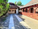 Csepel-Királyerdőn eladó egy 240 m2-es két külön bejárattal rendelkező ház 550 m2-es telken.