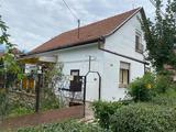 Szarvason eladásra kínálunk egy kétszintes téglaépítésű jó állapotú családi házat
